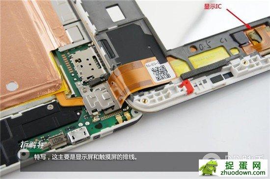 """荣耀X1的包装采用亮蓝色,和荣耀3C、荣耀3X风格保持一致,不过包装盒的造型更像一个礼盒    通过侧面的尼龙提手抽出手机    包装内的配件也比较常规,电源适配器、USB数据线、卡针和相关说明    由于荣耀X1的电池容量高达5000mAh,一个大电流的电源适配器是必不可少的,标配的适配器输出电流2A,由航嘉代工     由于机身尺寸太大,听筒看起来很小,右侧是传感器和前置500万像素的摄像头    机身背部自带一张保护膜    机身背部采用""""三段式""""设计,相信大家"""