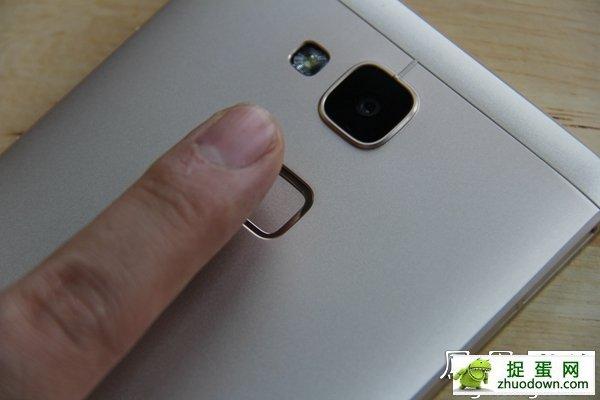 按压式指纹识别 Mate 7采用按压式指纹识别技术,只需将手指放在识别器上方无需滑动即可识别,与iPhone 5s中的指纹识别方式基本一致,但由于指纹与Home按键结合是苹果的专利,并且与Mate系列的按键设计风格不符,所以Mate 7的指纹识别设计在机身的背部。