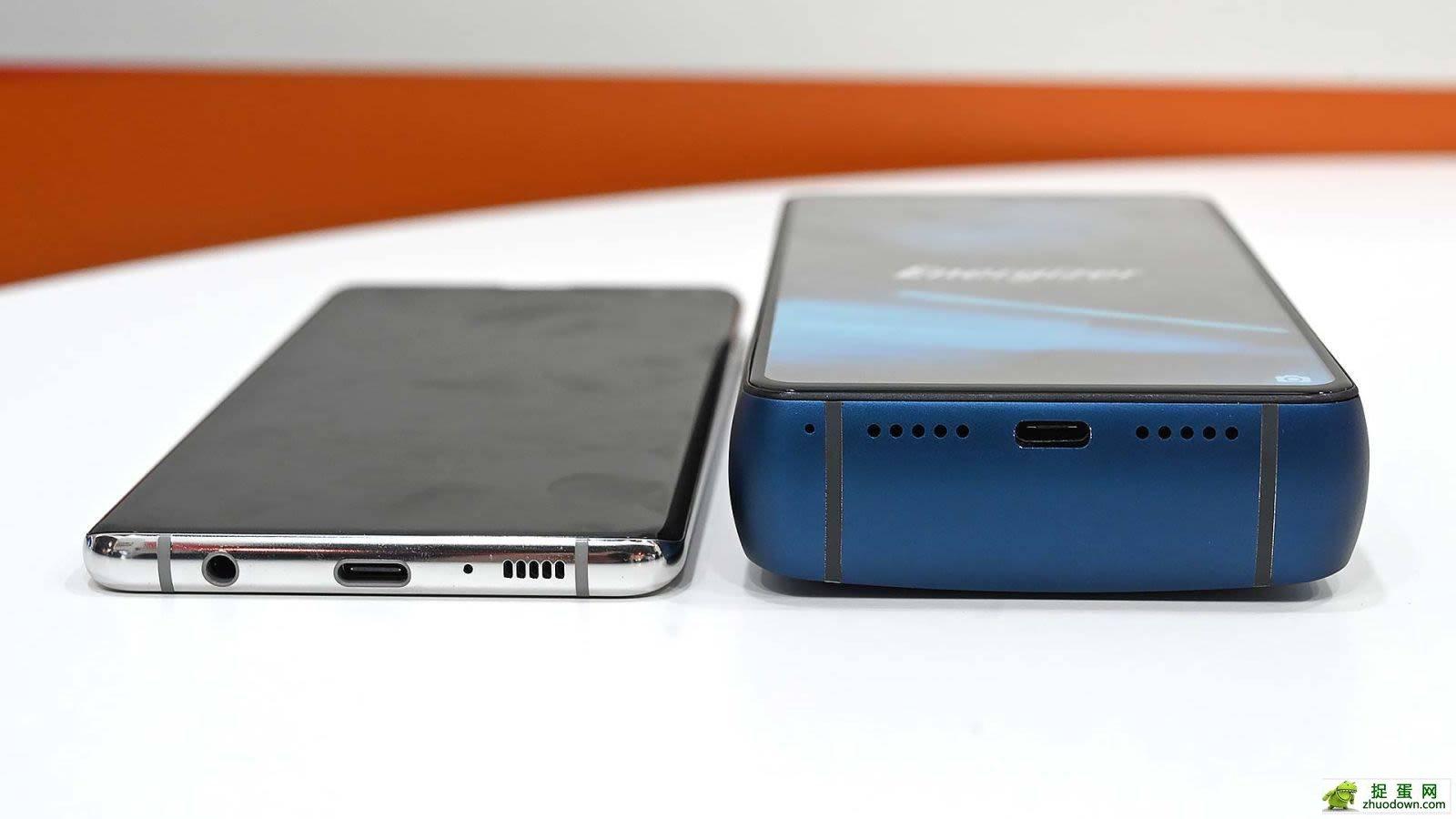 ▲ 去年劲量推出的一款 18000 毫安电池手机,打破了很多人对手机大电池的幻想